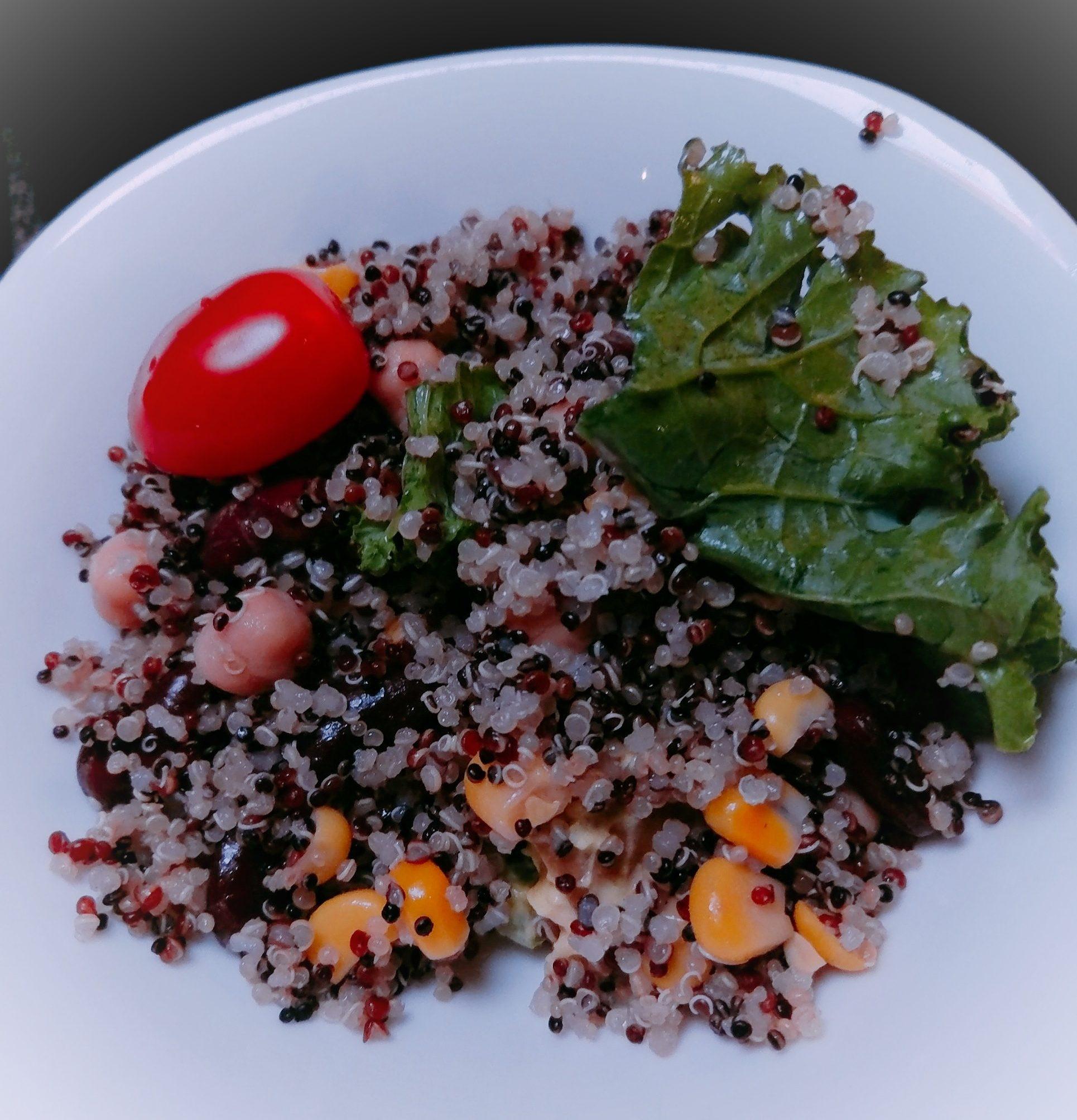 以藜麥配搭蔬菜製成沙律菜式