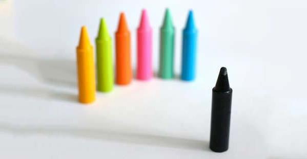 以不同顔色蠟筆比喻精神病人受社會歧視