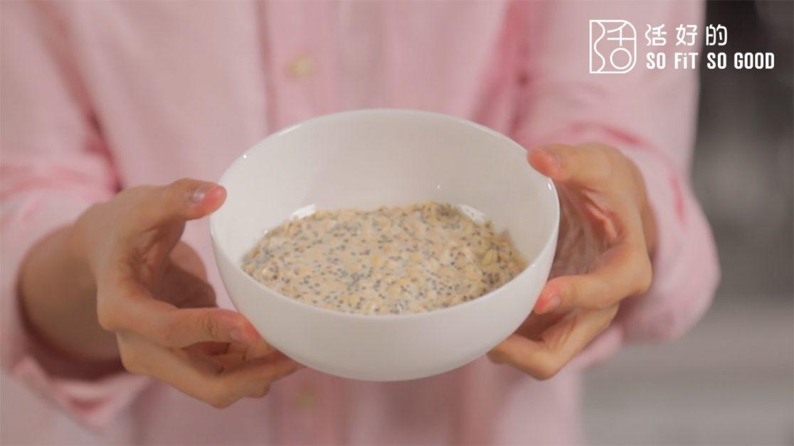 混合物冷凍一晚之後,奇亞籽會吸去燕麥奶的水分膨脹,變成布丁狀。